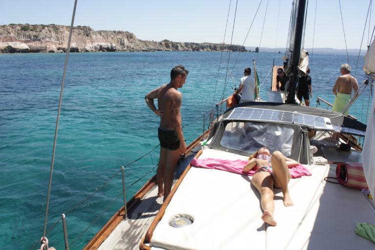 relax a bordo durante una gita in barca a vela