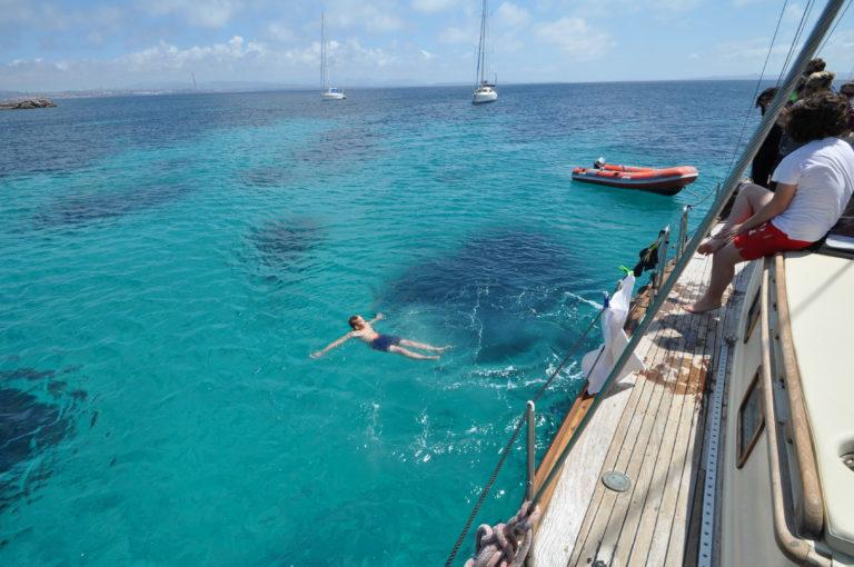 gita in barca a vela acqua limpida e cristallina