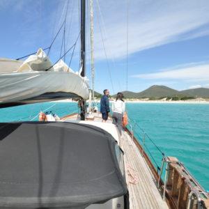 crociera in barca a vela in sardegna scenari incantevoli