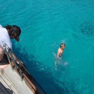 bagno in acqua cristallina del mare di Sardegna
